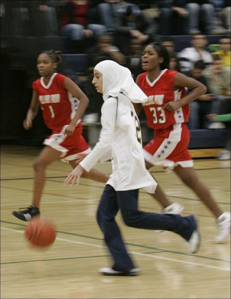 More-Muslim-Girls-Play-Sports-While-Wearing-Scarf-Long-Pants-3-9216