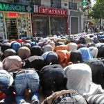 FRANCE: Muslims in Paris ignore the law that prohibits praying in the streets